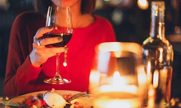 女性とディナー