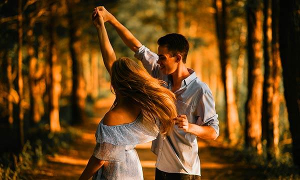 踊るカップル