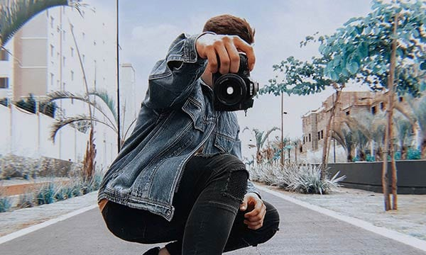 カメラを持つイケメン