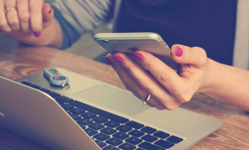 スマートフォンを持つ女性の手のアップ