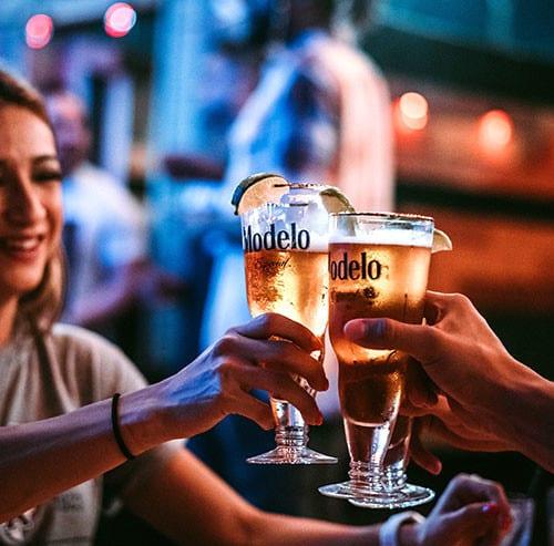 バーで乾杯をしている女性