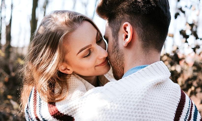 外でキスをするカップル