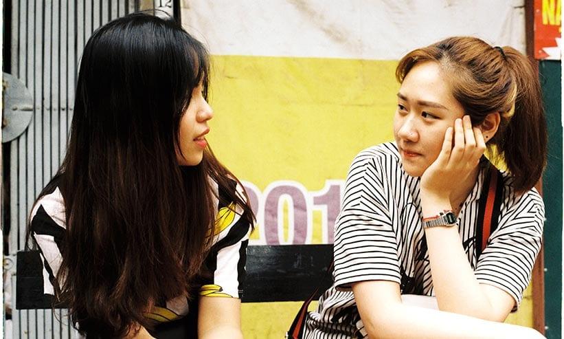 向き合って話している2人の女性