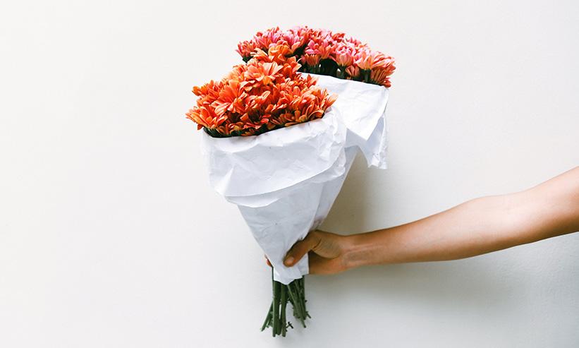 花束を差し出す様子