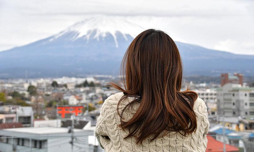富士山を眺める女性