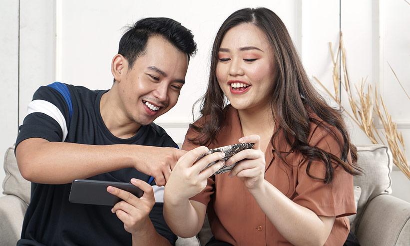 スマートフォンで操作し遊んでいるカップル