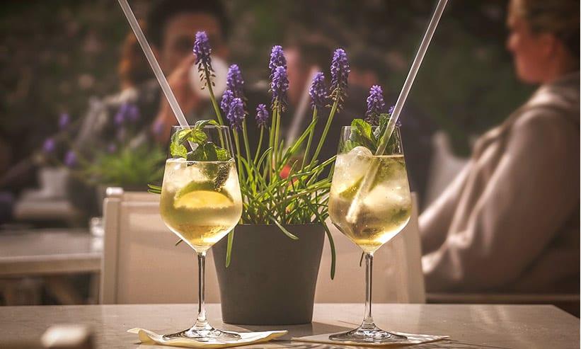 レストランのテーブルにあるワイングラス