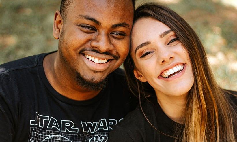顔を寄せて笑うカップル
