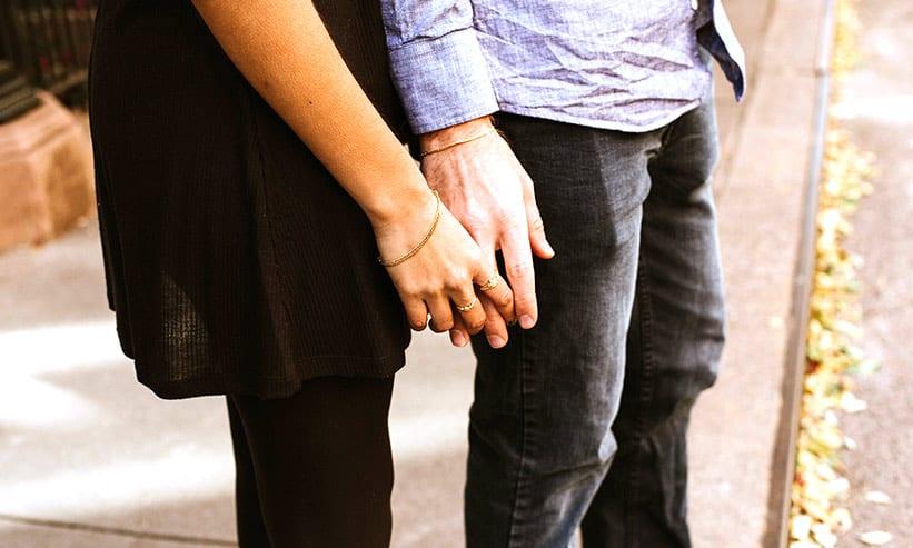 手を重ねて立っているカップル