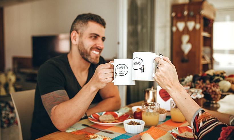 コーヒーカップで乾杯