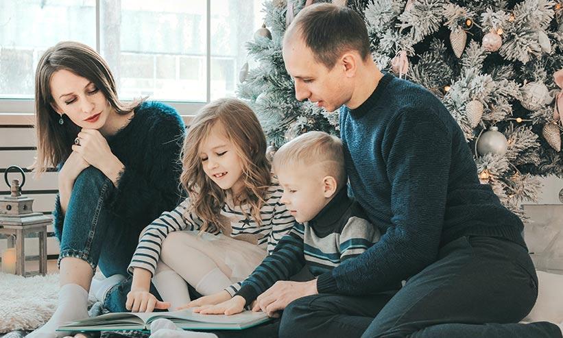 本を読んでいる4人の家族