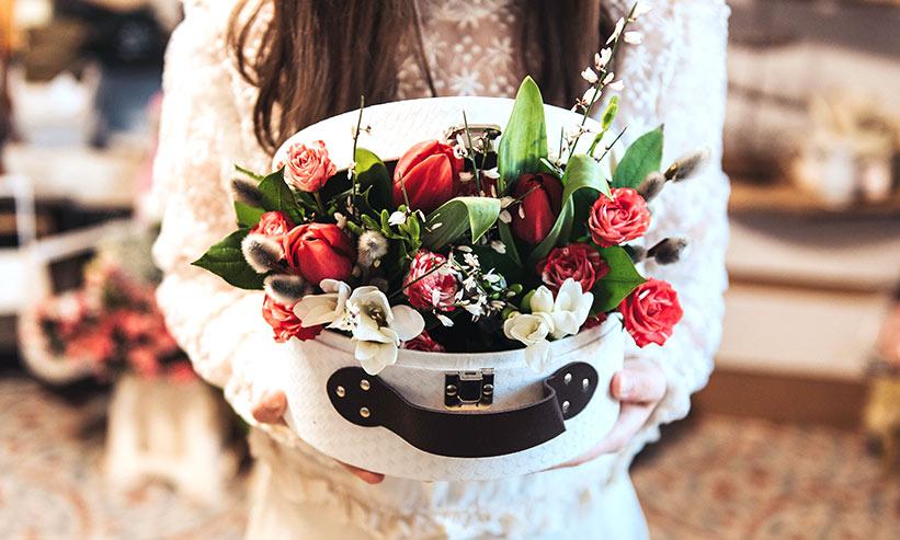 箱に入った花束を持つ女性