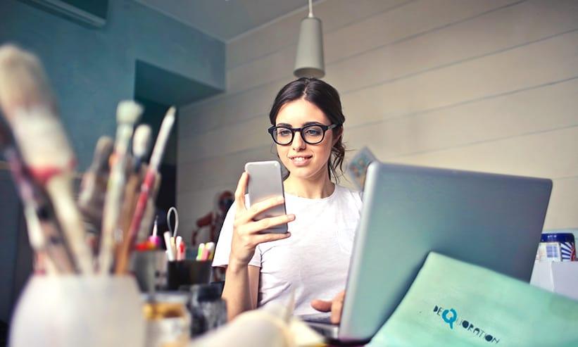 スマートフォンを見ているメガネの女性