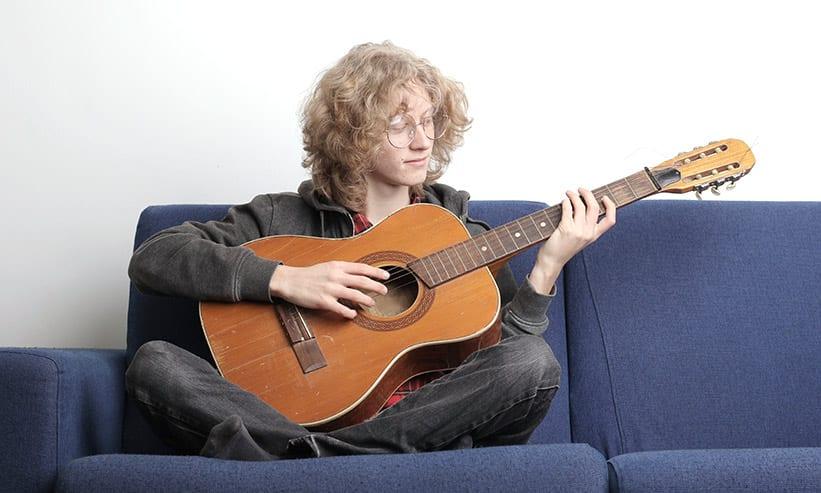 ギターを引いている男性