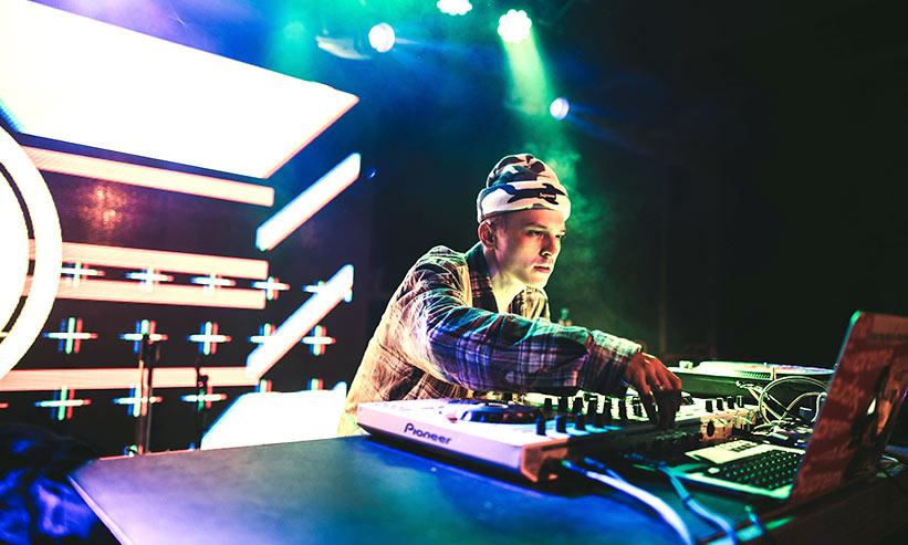 DJプレイしている男性