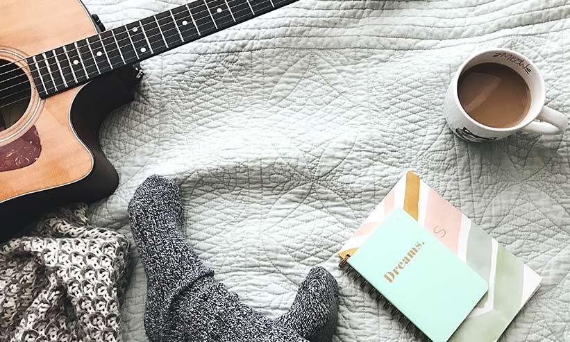 ギターとコーヒーと本と女性の足