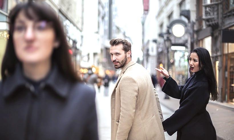 デート中に他の女性を見てしまう男性
