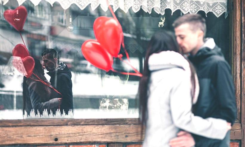 路上でキスをするカップル