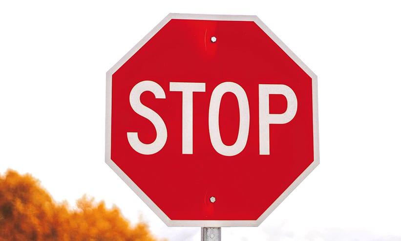 STOPと書かれた看板