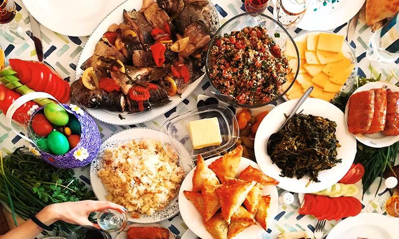 テーブルに並べられたたくさんの料理