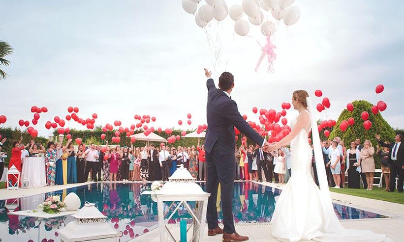 結婚式で風船を飛ばす新郎新婦