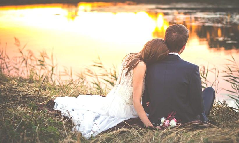 湖の前に座るカップル