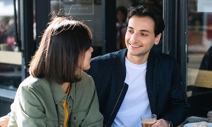 カフェで話をするカップル