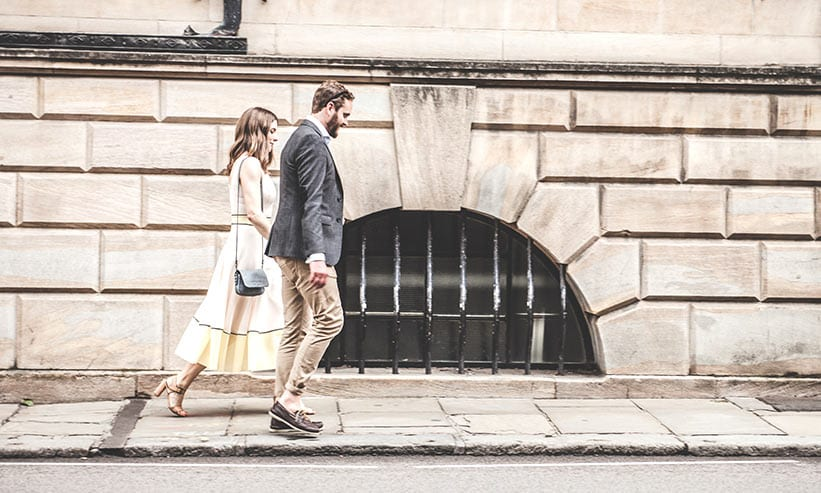 歩道を歩くカップル