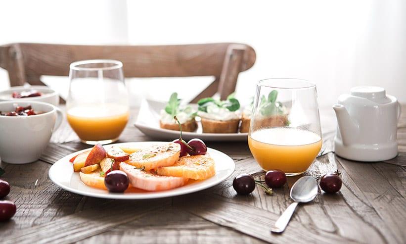 フルーツの朝食とオレンジジュース