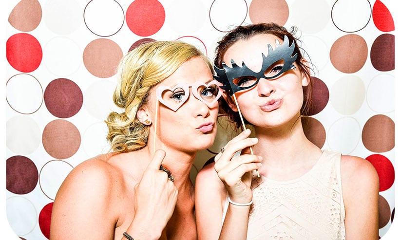 おもちゃのメガネをかける女性2人