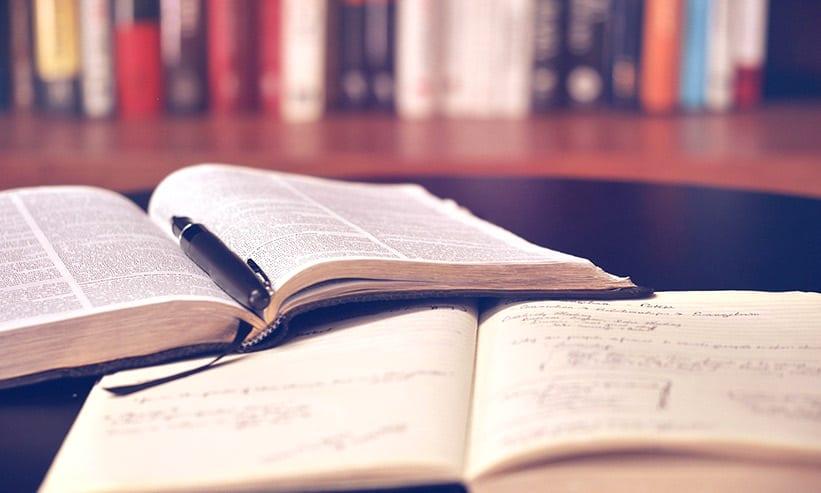 テーブルの上に開いて置いてある本