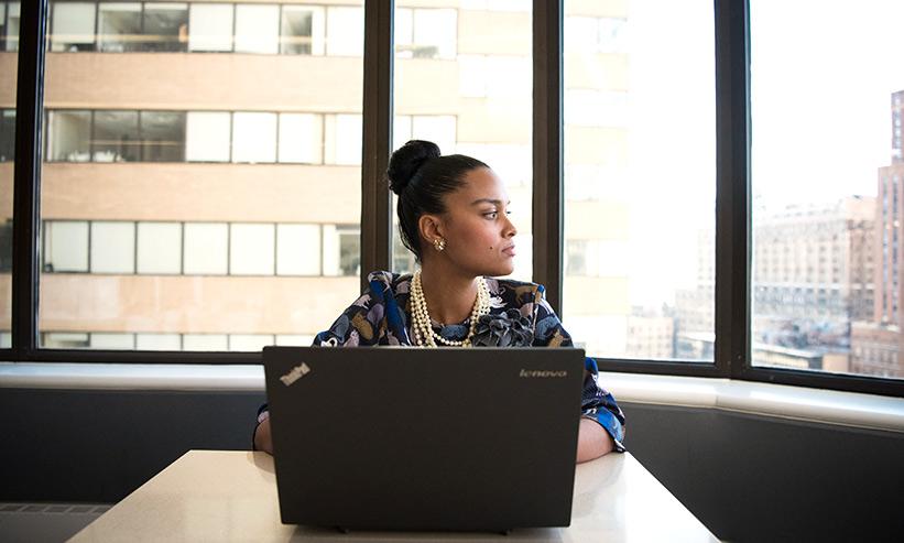 オフィスから窓の外を見ている女性