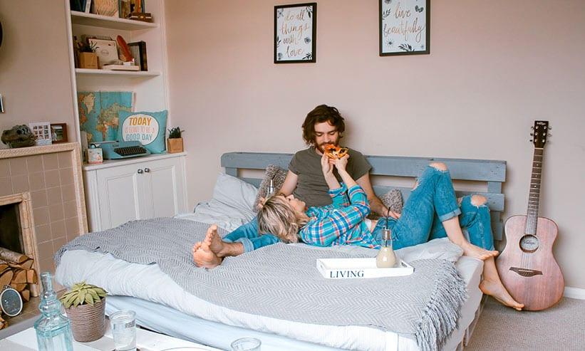 ベッドでくつろいでいるカップル