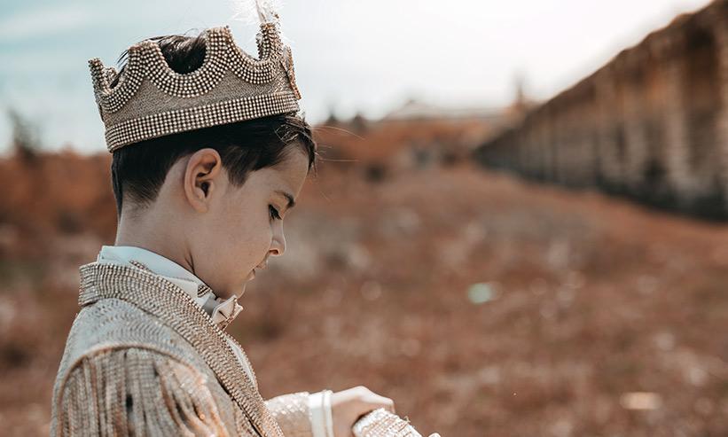 王冠を被った子供