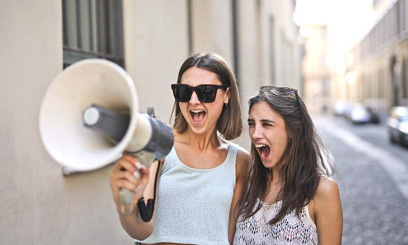 応援する2人の女性