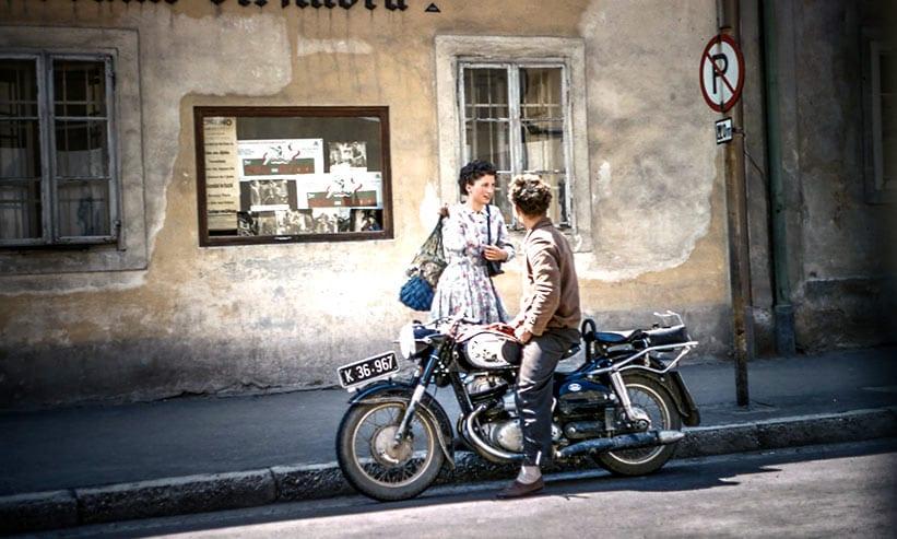 バイクに跨がり歩いていた女性に声を掛ける男性
