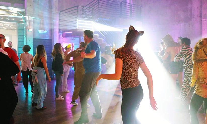 ナイトクラブで踊る男女