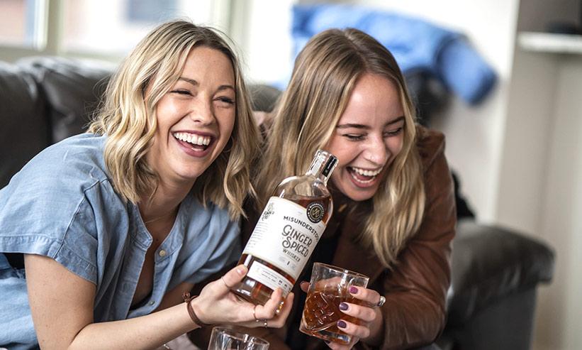 大爆笑している2人の女性