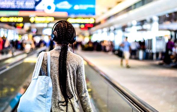 飛行機 空港 女性