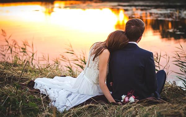 寄り添う夫婦 カップル 結婚
