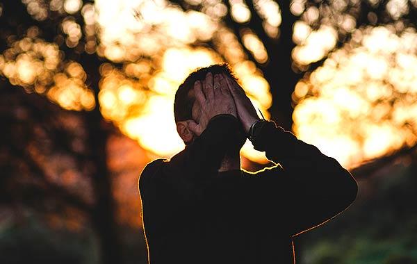 悲しむ 絶望 男性