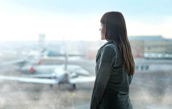 空港 女性 飛行機