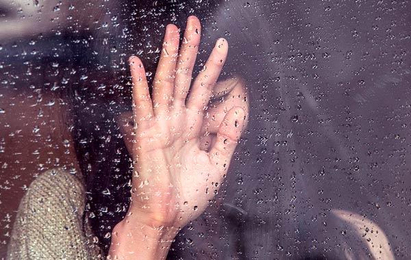 雨 悲しむ 女性