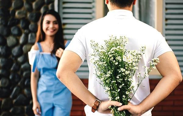 カップル 後ろに花束