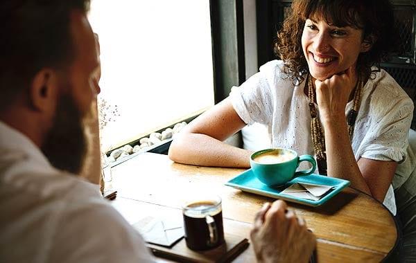 話す男女 カフェ