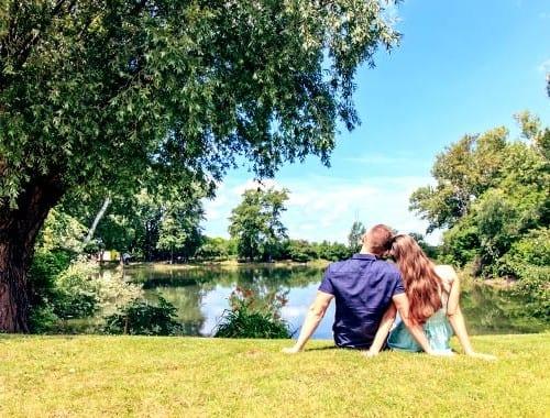 寄り添うカップル 池
