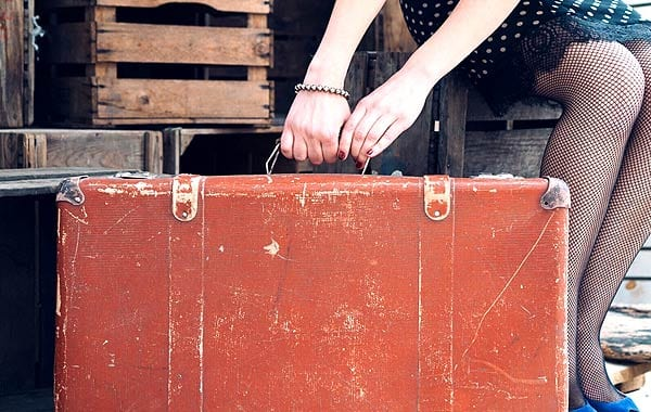 旅行バッグを持つ女性