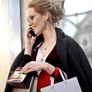 電話する女性 買い物