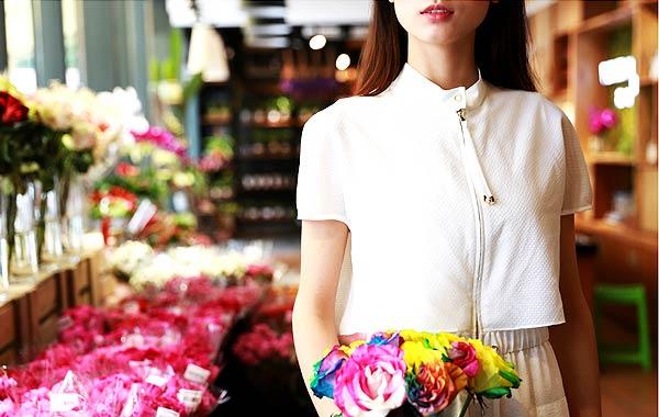 お花を持つ女性