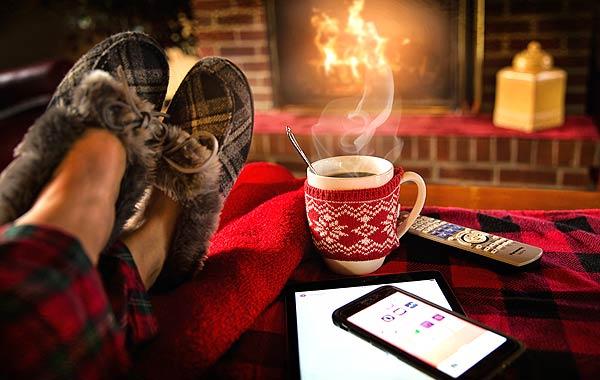 リラックス 女性 暖炉 コーヒー